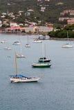 Żaglówki w St Thomas zatoce z kurortami Obraz Royalty Free