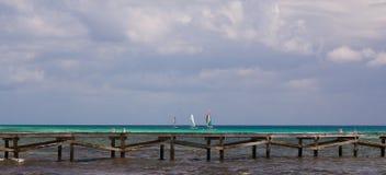 Żaglówki za Drewnianym Jetty w Karaiby Obraz Stock