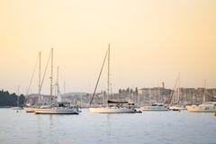 Żaglówki zakotwiczać przy Adriatyckim wybrzeżem Obrazy Stock