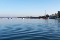 Żaglówki zakotwiczali w Morbihan zatoce, wyspa Conleau, brytyjczyk Obraz Royalty Free