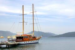 Żagla jacht blisko wyrzucać na brzeg na tureckim kurorcie Obraz Royalty Free