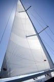 Żagla jacht na tle niebieskie niebo Fotografia Royalty Free