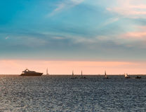 Żagla jacht przy zmierzchem i łodzie Zdjęcia Royalty Free