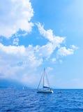 Żagla jacht w morzu Fotografia Royalty Free