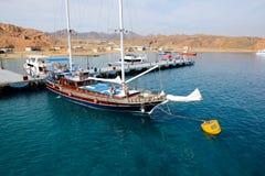 Żagla jacht z turystami jest pobliskim molem w schronieniu sharm el sheikh Obrazy Stock