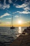 Żagla oddawanie doki w wieczór Zdjęcia Royalty Free