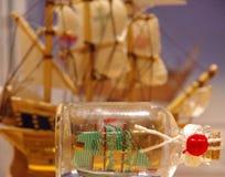 Żagla statek w dryftowej butelce Fotografia Royalty Free