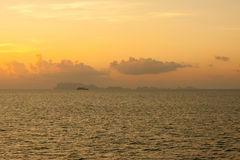Żagla statku sylwetka przy morzem Obraz Royalty Free