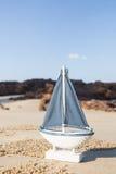Żagla statku zabawki model w Plażowym piasku Obrazy Stock