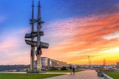 Żagle pomnikowi na morze bałtyckie kwadracie przy zmierzchem Obrazy Stock