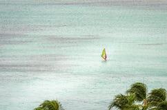 Żagli jachty w błękitnym morzu karaibskim Obrazy Royalty Free