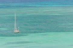 Żagli jachty w błękitnym morzu karaibskim Zdjęcie Royalty Free