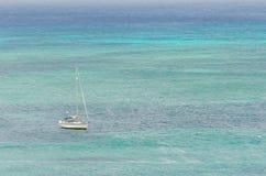 Żagli jachty w błękitnym morzu karaibskim Zdjęcia Royalty Free