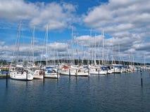 Żagli jachty w marina Zdjęcia Royalty Free