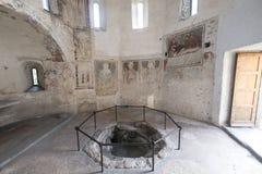 Agliate Brianza意大利:历史的教会,洗礼池 图库摄影