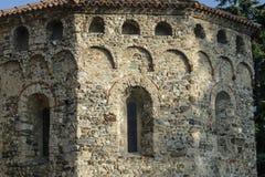 Agliate Brianza Italien: historisk kyrka, baptistery Arkivfoto