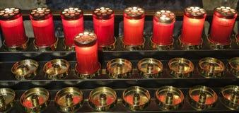 Agliate Brianza Italien: historisk kyrka, stearinljus Royaltyfri Fotografi