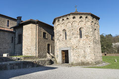 Agliate - kyrka av San Pietro Arkivfoto