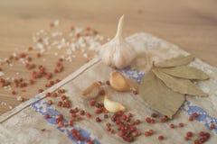 Aglio, alloro e peperone su fondo di legno Fotografia Stock