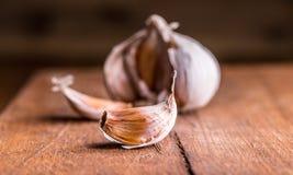aglio Chiodi di garofano di aglio e lampadina dell'aglio in ciotola di legno d'annata Immagini Stock Libere da Diritti