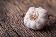 aglio Chiodi di garofano di aglio e lampadina dell'aglio sulla tavola di legno d'annata Fotografie Stock