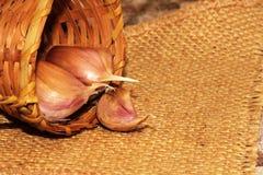 aglio Chiodi di garofano di aglio e lampadina dell'aglio in ciotola di legno d'annata Fotografia Stock