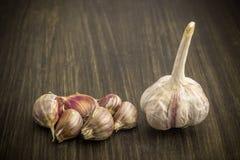 aglio Aglio e chiodi di garofano di aglio sulla tavola Aglio su una tabella di legno Immagine Stock
