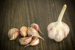aglio Aglio e chiodi di garofano di aglio sulla tavola Aglio su una tabella di legno Fotografia Stock