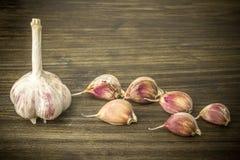 aglio Aglio e chiodi di garofano di aglio sulla tavola Aglio su una tabella di legno Immagini Stock Libere da Diritti