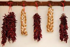 Aglio e peperoncino rosso rosso legati in una stringa tradizionale Fotografia Stock
