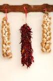 Aglio e peperoncino rosso rosso legati in una stringa tradizionale Immagini Stock