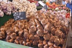 Aglio e verdure sulla vendita nel mercato in Le Touquet, passo di danza de Calais, Francia fotografia stock