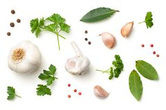 Aglio, foglie della baia, prezzemolo, quattro spezie e pepe isolati su Whi Fotografia Stock