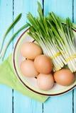 Aglio orsino e uova sode, vista superiore Fotografia Stock