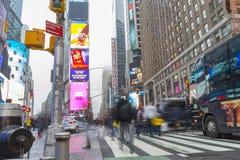 Aglomerado do turista que anda no Times Square com diodo emissor de luz assina Fotografia de Stock Royalty Free