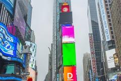 Aglomerado do turista que anda no Times Square com diodo emissor de luz assina Imagem de Stock
