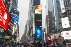 Aglomerado do turista que anda no Times Square com diodo emissor de luz assina Foto de Stock Royalty Free