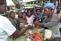 Aglomerado em uma tenda ganesa do mercado em Abease Fotografia de Stock