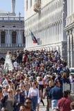 Aglomerado pelo della de pedra Paglia de Ponte da ponte dos turistas, Veneza, Itália foto de stock royalty free