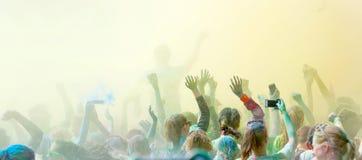 Aglomere a dança e os braços da renúncia no céu na felicidade Foto de Stock Royalty Free