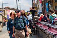 Aglomere ofn uma rua da compra em Camden, Londres, Reino Unido Imagem de Stock Royalty Free