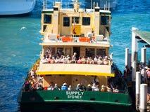 Aglomere povos na balsa de Sydney em Sydney, cais circular no tempo máximo imagens de stock