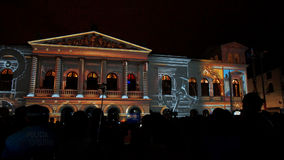 Aglomere-se admirando o espetáculo das luzes projetadas na fachada do sucre de Teatro, no centro histórico de Quito Fotos de Stock