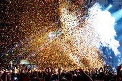 Aglomere-se em um concerto, ao jogar confetes da fase no festival da sonar Foto de Stock Royalty Free