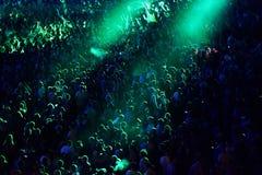 Aglomere-se em um concerto da música, audiência que levanta as mãos acima Imagem de Stock Royalty Free