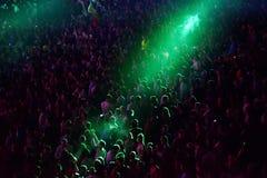 Aglomere-se em um concerto da música, audiência que levanta as mãos acima Foto de Stock