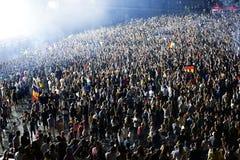 Aglomere-se em um concerto da música, audiência que levanta as mãos acima Fotografia de Stock