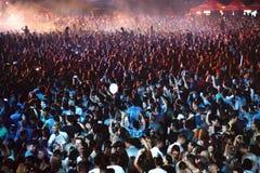 Aglomere-se em um concerto da música, audiência que levanta as mãos acima Fotos de Stock