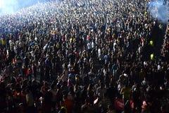 Aglomere-se em um concerto da música, audiência que levanta as mãos acima Imagem de Stock