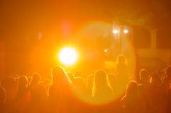 Aglomere-se em um concerto em uma luz amarela Imagem de Stock